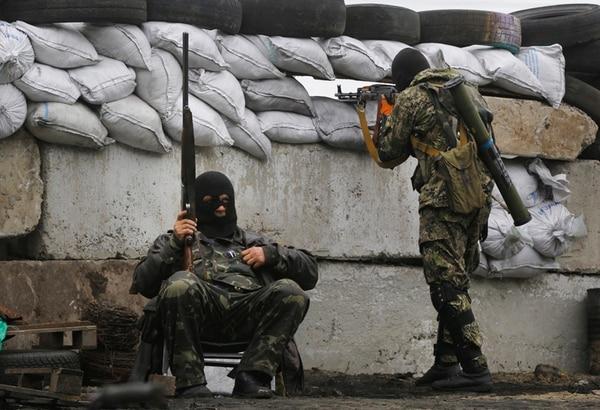 Militantes prorrusos que evitan exponer sus rostros, protegían ayer una barricada cerca de Slaviansk, en el este de Ucrania, mientras que la Policía y fuerzas de seguridad de la exrepública soviética eran impotentes para controlar los disturbios en dos regiones fronterizas con Rusia. | AP.