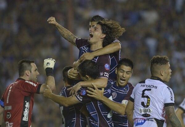 Los jugadores de Lanús festejan uno de sus dos goles de esta noche en la final de la Copa Libertadores.