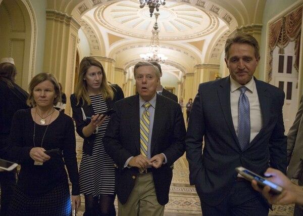 Los senadores Lindsey Graham y Jeff Flake (derecha)daban declaraciones a la prensa en el Capitolio, donde seguían las negociaciones para tratar de lograr un acuerdo sobre el presupuesto para el Gobierno federal.