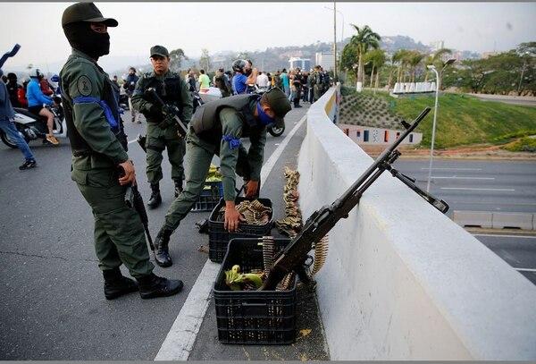 Los soldados toman posiciones en un paso elevado próximo a la base aérea de Carlota en Caracas, Venezuela. El líder de la oposición venezolana, Juan Guaido, convocó a un levantamiento militar. Foto AP