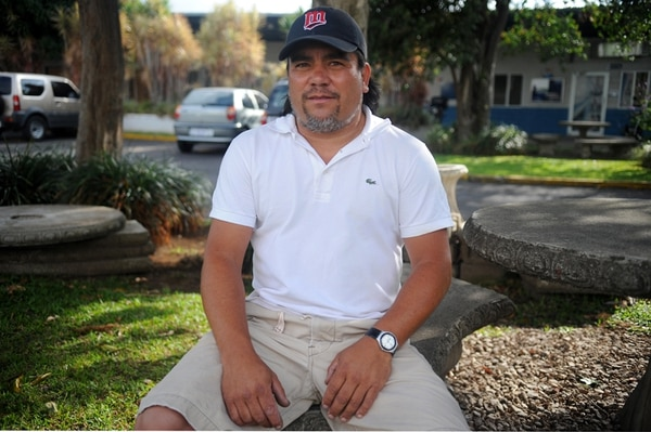 El taxista Martín Hernández fue el martes a un taller en San José centro y vio al bebé herido, por lo que decidió ir al PANI a presentar la denuncia; esperó más de una hora, pero lamenta la lentitud en la respuesta. | GESLINE ANRANGO.