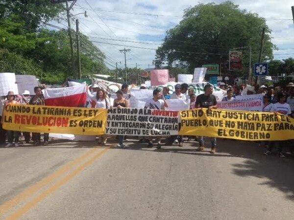 Grupos de pamperos salieron a las calles durante el acto de festejo del 25 de julio, en Nicoya, Guanacaste.