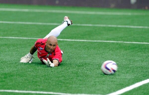 Roman Arrieta intenta, infructuosamente, detener el segundo gol de Ariel Rodríguez. | ALONSO TENORIO