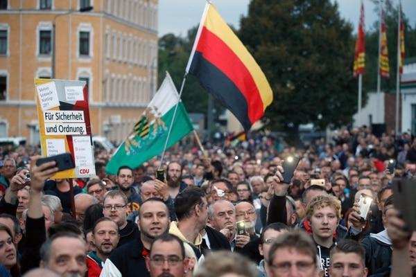 El grupo de extrema derecha Pro Chemnitz realiza una protesta en la entrada del estadio de Chemnitz FC, el 30 de agosto del 2018. Foto: AFP