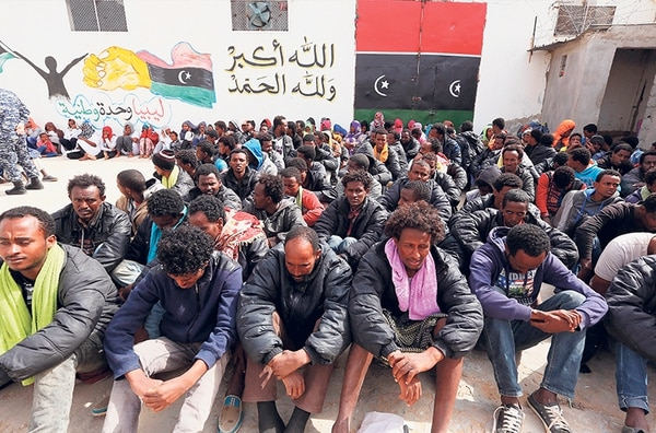 Inmigrantes quienes esperan llegar a Europa cruzando el Mediterráneo aguardaban el martes en el centro de detención Abu Salim en Trípoli, Libia.
