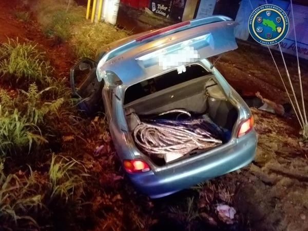 Este vehículo se salió de la vía en El Roble de Puntarenas, el 24 de febrero, cuando intentó huir de un control policial. A bordo viabajan cuatro sospechosos de robarse 345 metros de cableado. Foto: Fuerza Pública