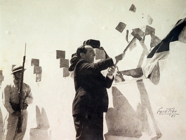 El 1 de diciembre de 1948 se efectuó el acto simbólico de la abolición del ejército.