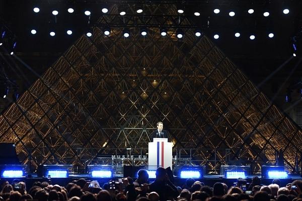 Emmanuel Macron fue recibido por miles de franceses que gritaban su nombre frente a la pirámide del Louvre de París