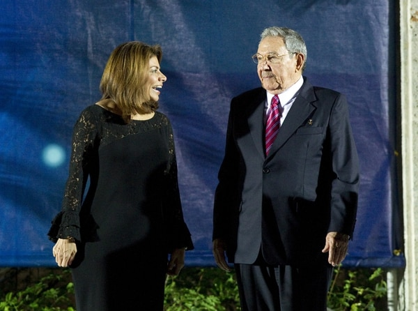 El gobernante cubano, Raúl Castro, traspasó ayer a la mandataria Laura Chinchilla, al cierre de la cumbre, la presidencia de la Celac. | EFE