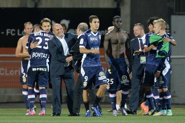Yeltsin Tejeda (8) felicita a sus compañeros al final del encuentro del Evian ante el Lorient.