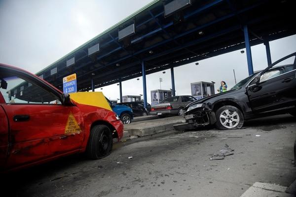 El automóvil Audi sufrió cuantiosos daños en el frente, mientras que el taxi quedó chocado en las puertas laterales y el búmper. | GESLINE ANRANGO