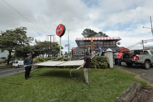 29/11/2019 El MOPT desaloja el famoso restaurante Friday 's en la rotonda de la Bandera. Foto Alonso Tenorio