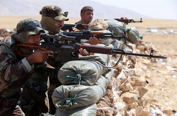 Varios kurdos vigilaron ayer la ciudad de Bashiqa, cerca de Mosul. | AFP