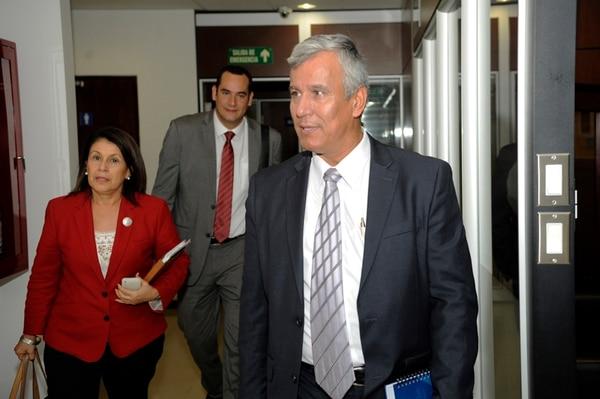 Los ministros de Educación, Sonia Marta Mora, y de trabajo, Víctor Morales (der.) hicieron un llamado a los gremios para que no realicen un paro nacional este viernes.