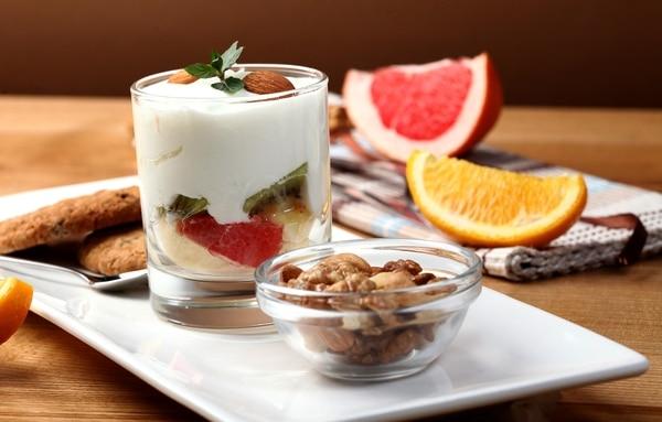 Las meriendas deben ser ricas en fibra, ojalá con frutas frescas, prácticas de preparar y en porciones pequeñas.