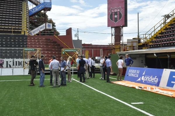 En la mañana de ayer, nueve personeros de FIFA inspeccionaron el estadio Alejandro Morera.   FRANCISCO BARRANTES