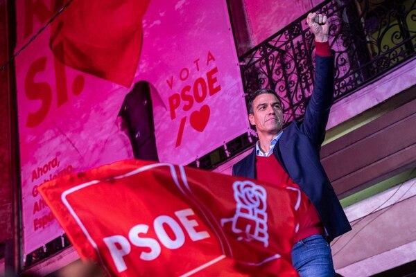 El primer ministro español y líder del partido socialista, Pedro Sánchez, saluda a sus partidarios en las afueras de la sede después de las elecciones generales, en Madrid, España, el domingo 10 de noviembre del 2019. Foto: AFP