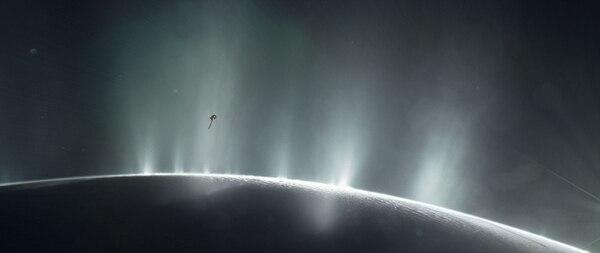 Esta ilustración del folleto obtenida el 13 de abril de 2017, cortesía de la NASA, muestra la nave Cassini de la NASA buceando a través del penacho de la luna de Saturno Encelado, en 2015.