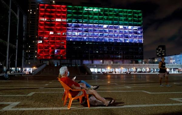 El edificio de la Municipalidad de Tel Aviv se iluminó con los colores de la bandera de Emiratos Árabes Unidos, este jueves 13 de agosto del 2020. AFP