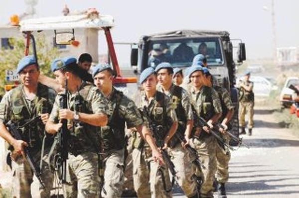 Soldados turcos fueron desplegados ayer en la población de Akcakale, en la frontera con Siria, como parte de las acciones militares de Ankara.   AFP