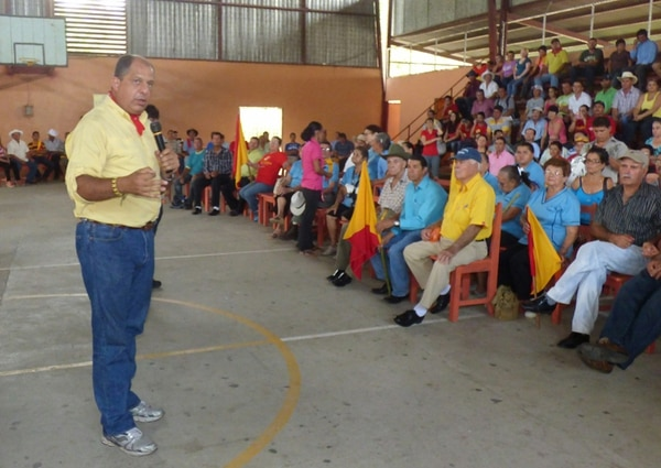 El candidato presidencial del Partido Acción Ciudadana (PAC), Luis Guillermo Solís, visitó ayer Pérez Zeledón. En la comunidad agrícola de Pejibaye se reunió con cooperativistas y campesinos. | ALEJANDRO MÉNDEZ.