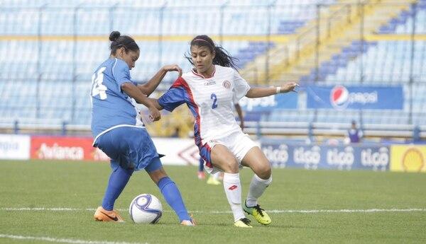 Gabriela Gillén (2) enfrenta a una jugada de la Selección de El Salvador este jueves en el triunfo de la Tricolor, 4-0, en el estadio Mateo Flores, de Guatemala.