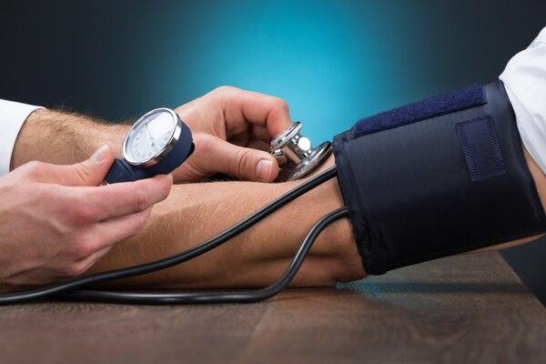 La hipertensión es una de las enfermedades crónicas más comunes. El mantener altos niveles de presión arterial es un factor que aumenta el riesgo de males más peligrosos, como infartos al miocardio o enfermedades coronarias. Fotografía: Shutterstock