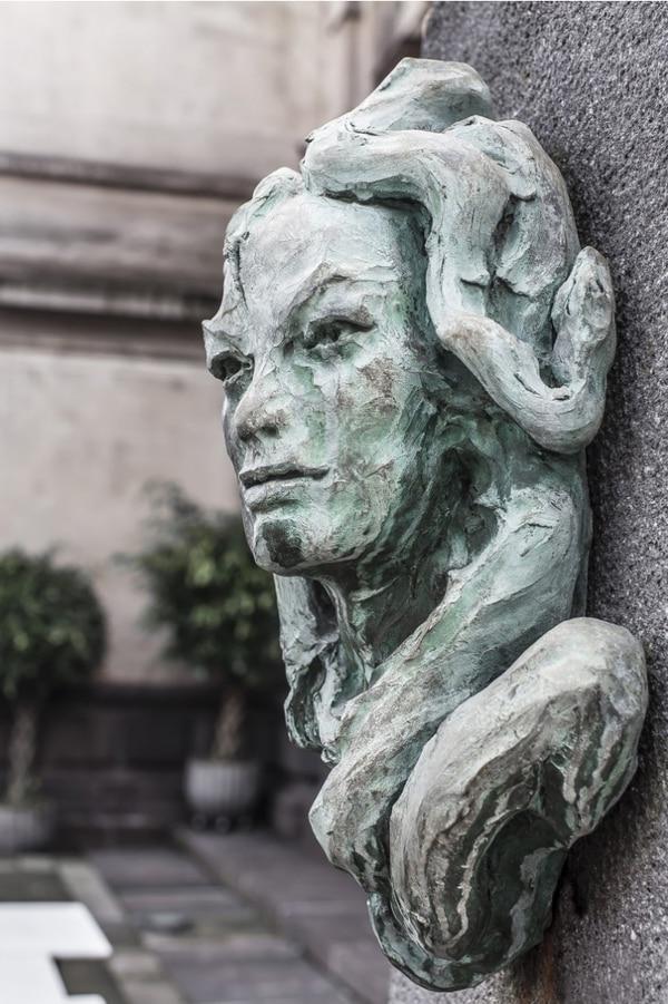 En el Paseo de los Artistas, en los jardines del Teatro Nacional, se encuentra esta escultura de bronce que le hizo Marisel Jiménez a Eunice Odio. Foto: Teatro Nacional.