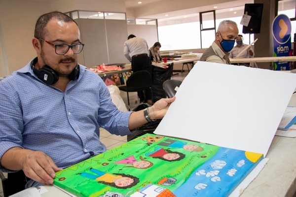 Luego de desempacarlas, los funcionarios identifican las pinturas y las seleccionan por edades de los participantes. Foto: MSJ/ Arnoldo Robert para LN