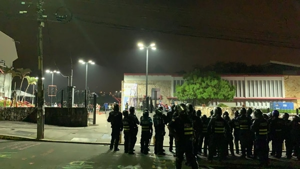 Oficiales de la Fuerza Pública que participaron en la reapertura de la vía principal que comunica hacia Heredia. Foto: Cortesía
