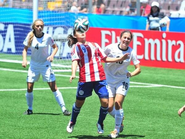 La paraguaya Jéssica Martínez (9) intenta controlar el balón ante la marca de la jugadora Sarah Morton, de Nueva Zelanda.