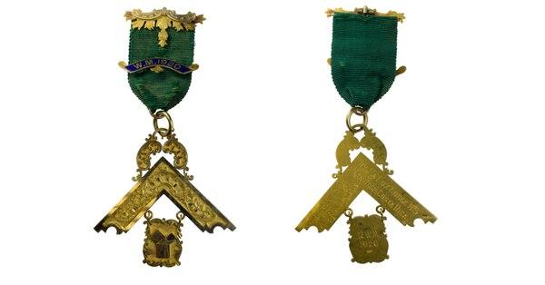 La muestra cuenta con 140 de estos objetos como estas medallas de la Logia Masónica. Foto: Museos del Banco Central