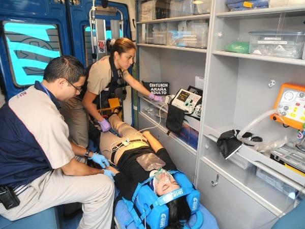 Emergencias Médicas es la compañía más grande del país y ofrece el servicio a 1.500 empresas y 140 centros educativos. En la fotografía, los doctores Mauricio Valerín y Silvia Mesén, y la paciente Liza Montoya. | JORGE CASTILLO