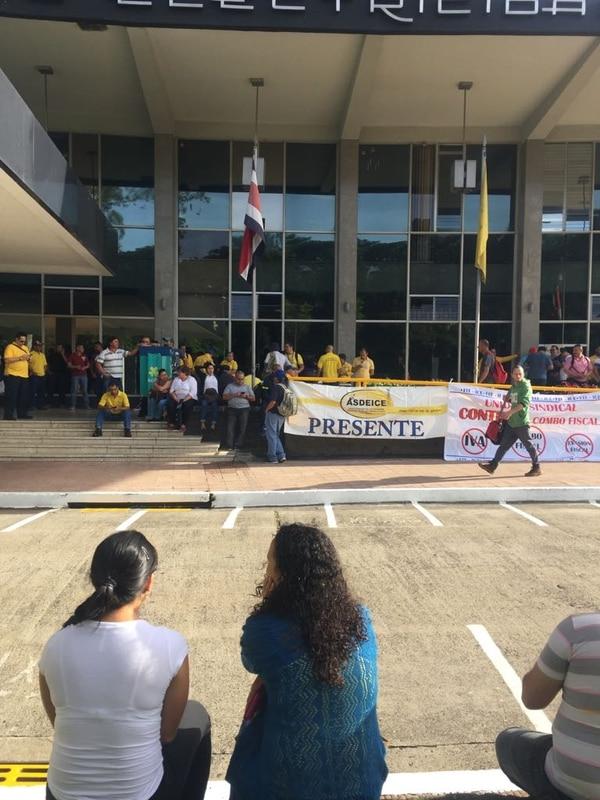 Trabajadores de telecomunicaciones protestan contra la reforma fiscal frente a la sede del ICE en Sabana. Foto: Rafael Pacheco.