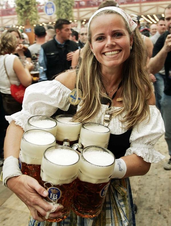 Una mujer vestida con un traje tradicional de bávara participó en el 2007 del Oktoberfest que se realizó en Munich.   ARCHIVO/AFP