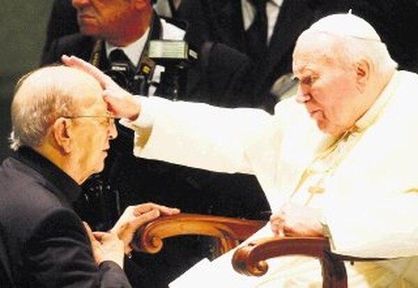 El papa Juan Pablo II bendijo el 30 de noviembre del 2004 al padre Marcial Maciel durante una audiencia en el Vaticano a los Legionarios. | AP