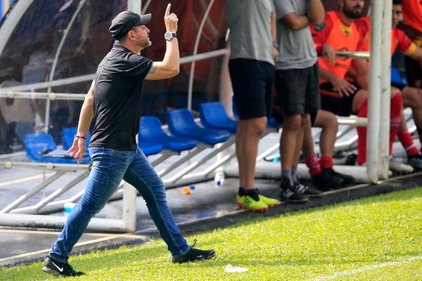 Jafet Soto, gerente del 'Team', durante un partido del Herediano en Grecia. Fotografía: Rafael Pacheco.