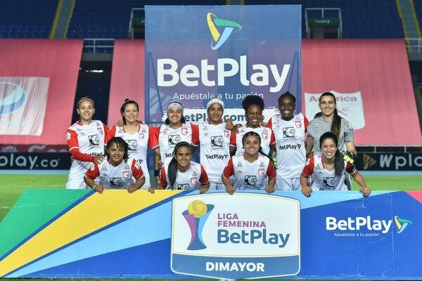 Daniela Solera (última a la derecha en la fila de arriba) disputa la final del fútbol colombiano con el Independiente de Santa Fe. En el partido de ida están arriba en el marcador 2-1 ante el América de Cali. La Vuelta será el domingo en Bogotá. Cortesía
