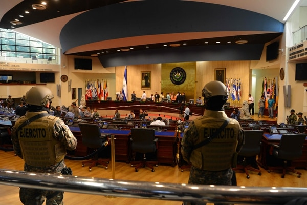Nayib Bukele irrumpe en la Asamblea Nacional de El Salvador el 9 de febrero para exigir a los diputados la aprobación de un préstamo. Foto: STR / AFP