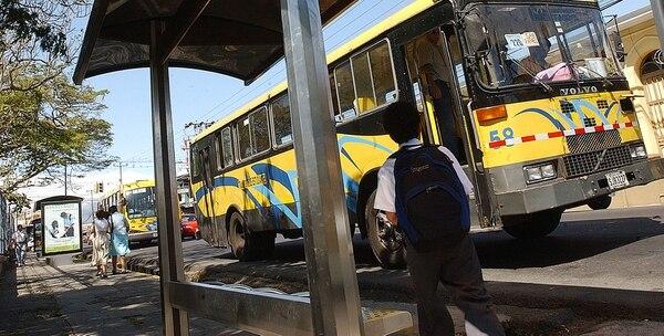 Las autoridades aconsejan buscar paradas de buses donde hayan personas. Esta es una parada sobre la ruta 32 en San Juan de Tibás. Imágenes con fines ilustrativos.