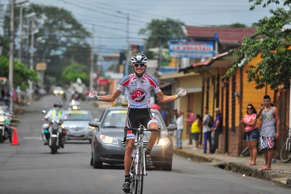Daniel Bonilla festejó en grande al conseguir la victoria en la extensa etapa que se corrió ayer. | JOSÉ CORDERO