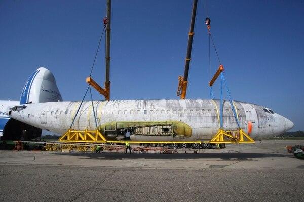 El fuselaje de avión Lufthansa 'Landshut' es descargado de una nave rusa en el aeropuerto en Friedrichshafen, Alemania.
