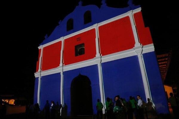 El Templo de San Blas de Nicoya resurgió, restaurado, luego del terremoto del 5 de setiembre del 2012. La noche de este 24 de julio fue reabierto con iluminación especial: la bandera de Guanacaste y la de Costa Rica. Foto: Mayela López.