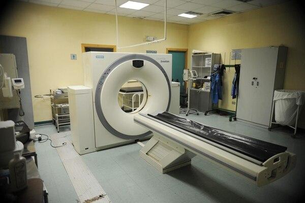 Este tomógrafo del Hospital San Rafael, en Alajuela, tiene 12 años. Hace tres meses, dejó de funcionar y el arreglo sobrepasa los ¢52 millones. En este hospital hay unos 1.800 enfermos en lista de espera para realizarse estudios en este aparato para males como cáncer.   JORGE NAVARRO