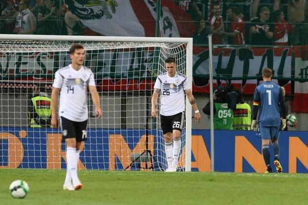 Leon Goretzka, Niklas Suele y Manuel Neuer se lamentan luego de recibir el segundo gol de Austria. Foto: Ronald Zak, AP