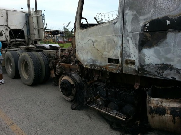 Así quedó un furgón que quemaron.