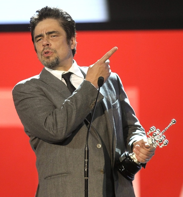 Benicio del Toro recibiendo su premio Donostia.