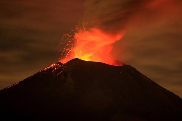 El volcán Popocatépetl, observado desde la población de San Mateo Ozolco, estado de Puebla.