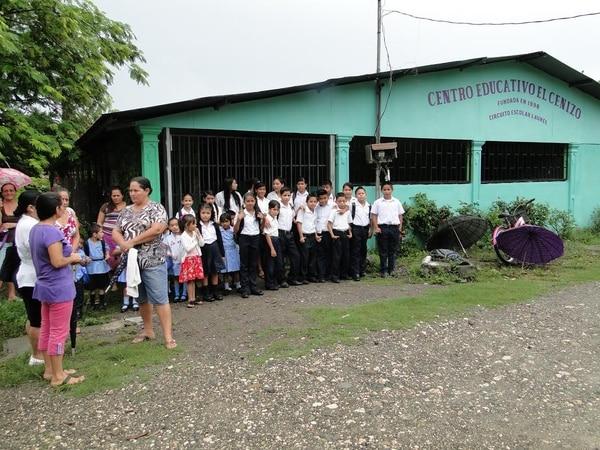 Los padres protestaron porque no hay una figura que administre el centro educativo.