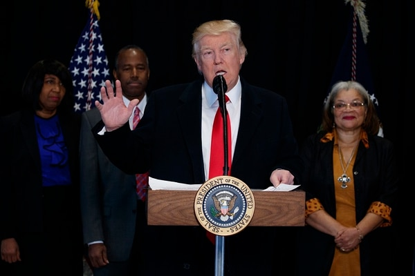 Una de las críticas al presupuesto en Estados Unidos es la cantidad de recursos solicitados por el presidente Donald Trump para construir el muro en la frontera con México.